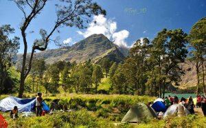 7 Alat untuk Mendaki Gunung yang Penting Anda Bawa