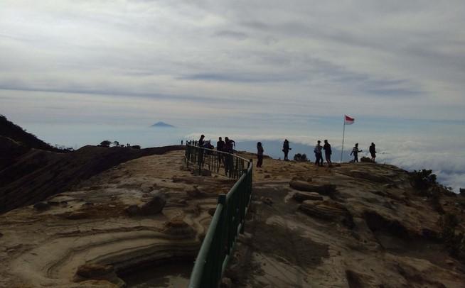 Pembangunan Pagar di Puncak Gunung Ciremai