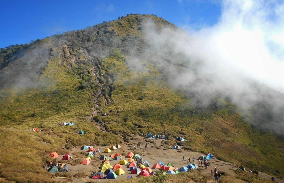 Keindahan Gunung Merbabu Dengan Padang Savana Yang Mengoda Mata