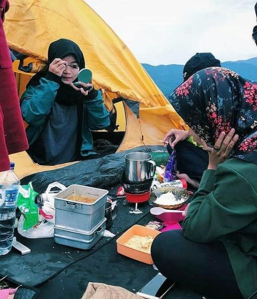 Perlengkapan camping wanita di gunung